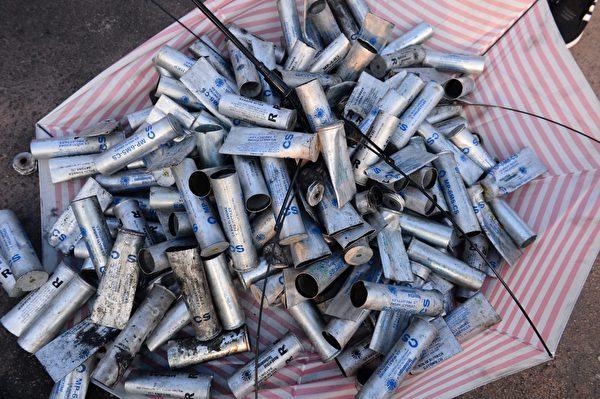 警方攻击香港中文大学后,留在地上的催泪弹弹壳。(宋碧龙/大纪元)
