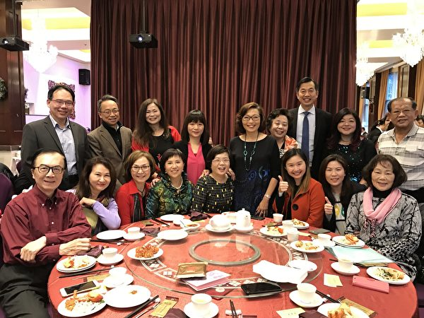 圖:溫哥華台裔協會舉辦大型慶生會,也設宴為台貿中心張如蕙主任餞行。(邱晨/大紀元)