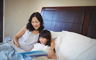 【爸妈必修课】让孩子安心入睡 从谈天拥抱开始