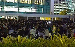 12月12日,港人举行6.12半周年纪念齐上齐落集会。(足球竞猜视频截图)