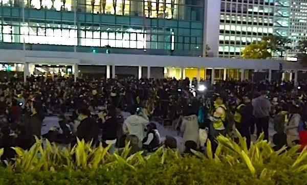 12月12日,港人举行6.12半周年纪念齐上齐落集会。(大纪元视频截图)