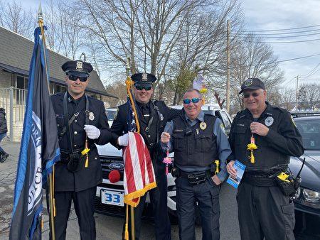 警察方陣的四位旗手接過印有中英文「法輪大法好」的小蓮花。