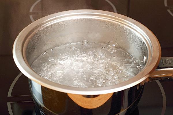 预防食物中毒,煮沸的热水是最朴实的消毒宝物。(Shutterstock)