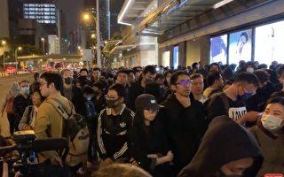 12月15日晚上,港人自发到金钟太古广场悼念梁凌杰。(足球竞猜视频截图)