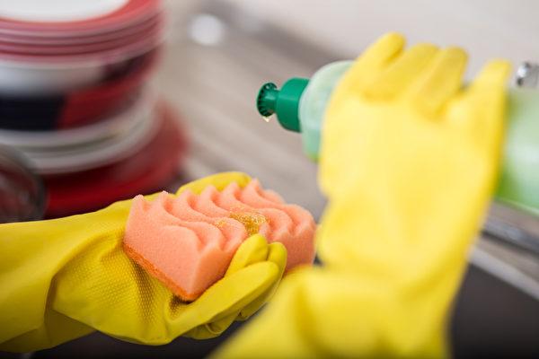 在洗碗精、洗手液或沐浴乳裡加水稀釋使用,這樣做正確嗎?(Shutterstock)