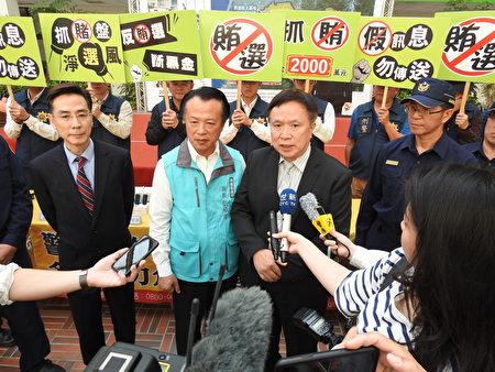 嘉義縣調查站主任高聰明(右2)接受媒體聯訪,宣示查賄決心。