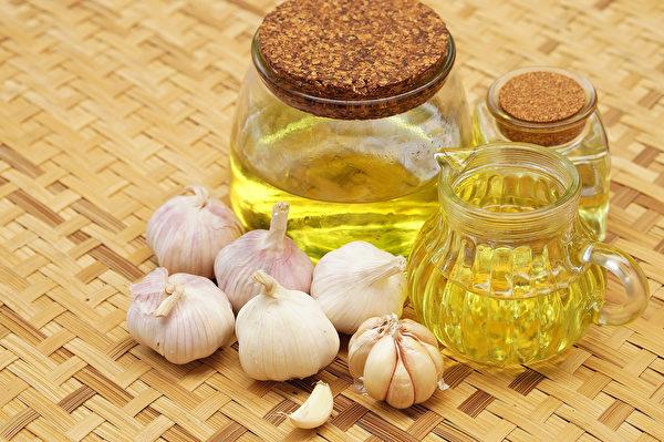 大蒜油较不辛辣刺激且具备大蒜的营养,平时烹调取用也方便。(Shutterstock)
