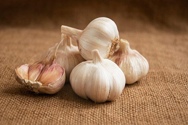 大蒜富含大蒜素,有防癌、抗老化、保护心血管等益处。(Shutterstock)