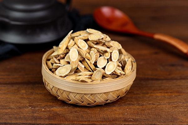 黄耆有补气、促进新陈代谢的效果,民间常用于食补或熬煮茶饮。(Shutterstock)
