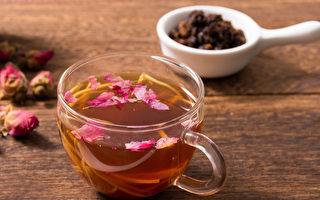 玫瑰紅糖茶飲可以改善月經經血偏黑、有血塊的症狀。(Shutterstock)
