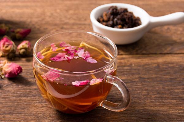 玫瑰红糖茶饮可以改善月经经血偏黑、有血块的症状。(Shutterstock)