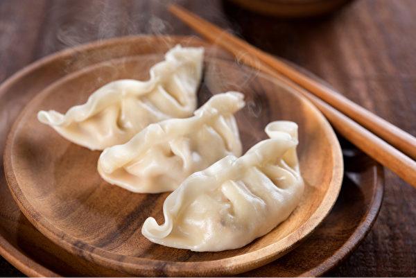 包着馅料的水饺很容易一不小心就吃过量。(Shutterstock)