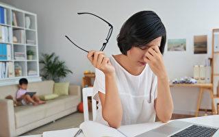 研究指出,每天久坐超过8小时者忧郁及焦虑程度较高。(Shutterstock)