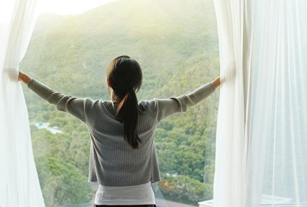 若希望晚间分泌多一点褪黑激素,可在早晨多沐浴阳光,把生理时钟调整至正常。(Shutterstock)