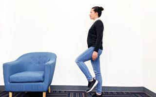 單腳站立好處是預防骨質疏鬆、增加肌力和體能、保護關節。(Zoe Zhang/大紀元)