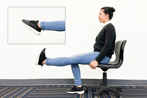 如果有膝蓋疼痛問題,可先坐在椅子上訓練肌力,再做單腳站立等負重動作。(Zoe Zhang/大紀元)