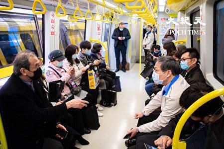 新北捷運環狀線第一階段31日正式通車,將提供1個月免費搭乘,3月1日正式收費。圖為民眾搭乘環狀線。