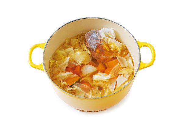 哈佛醫師高橋弘運用常見食材熬煮的「常備抗癌蔬菜湯」。(聯經出版提供)