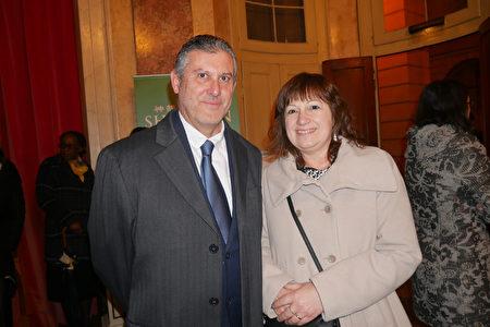 2020年1月18日下午,意大利陶瓷公司銷售經理 Alfonso Paltrinieri和太太于於鲁契亚诺 帕瓦罗蒂市立劇院觀看神韻演出。(張妮/大紀元)