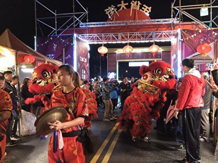 由花莲县政府主办的年货大街,18日晚间在花莲市福町路、重庆路口,热闹滚滚的祥狮献瑞迎领下揭开序幕,现场县长发放红包,并配合摸彩活动,人潮涌入。