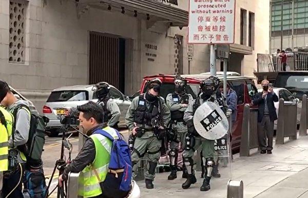 1月19日港人集会,防暴警察在金钟高等法院一带戒备。(大纪元视频截图)