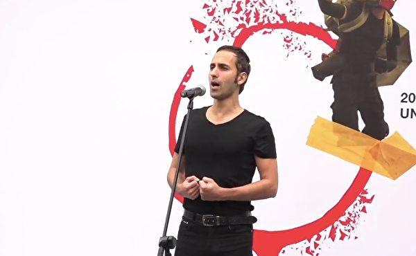 1月19日,一名意大利歌唱家献唱。(大纪元视频截图)