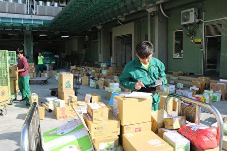 郵務員每日繁忙的郵務工作,為廣大的公眾服務,不辭辛苦。