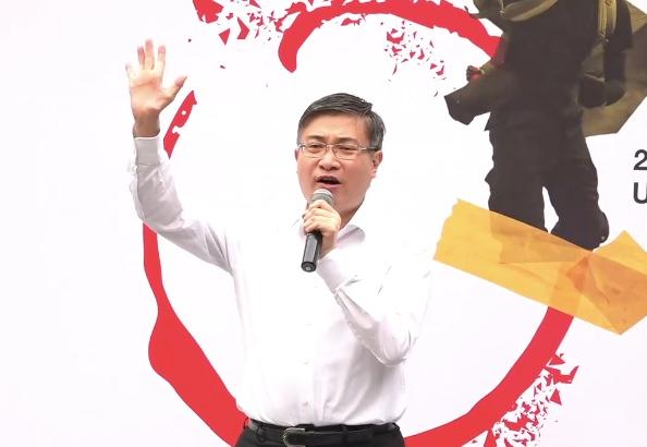 1月19日,香港知名时事评论员桑普上台发言。(大纪元视频截图)