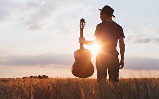 美国歌手在台上唱到一半突然道歉 随即猝死