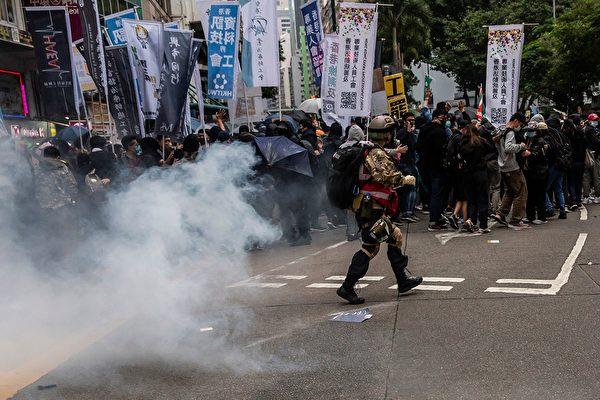 1月1日,港人元旦遊行中,防暴警察發射催淚彈。( ISAAC LAWRENCE/AFP via Getty Images)