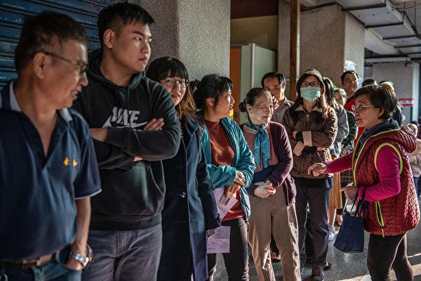 1月11日,中华民国举行总统副总统及第10届立法委员选举。图为台北市投票现场。(Carl Court/Getty Images)