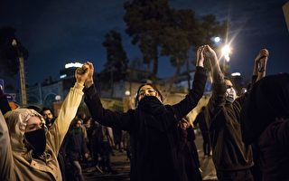 伊朗女子在天桥上大喊:让哈梅内伊去死!