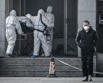 图为2020年1月18日,一名病人被送入收治类似萨斯病毒感染者的武汉金银潭医院。(STR/AFP via Getty Images)