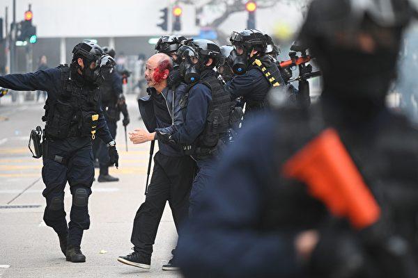 1月19日,港人集会上,一名长者被警方抓捕,并殴打至头破血流。(PHILIP FONG/AFP via Getty Images))
