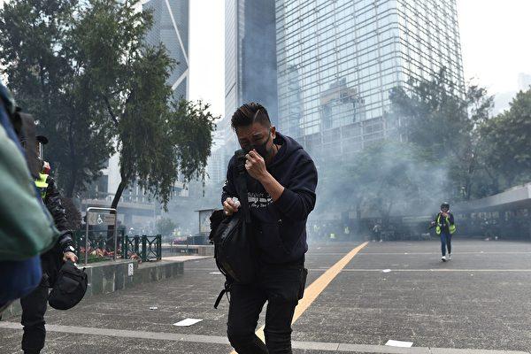 1月19日,防暴警察在德辅道中与金钟道交界处连续发射多枚催泪弹。(PHILIP FONG/AFP via Getty Images)