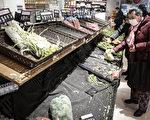 武汉市民戴口罩到超市买菜,货架上的菜被一扫而光。(Photo by Getty Images)