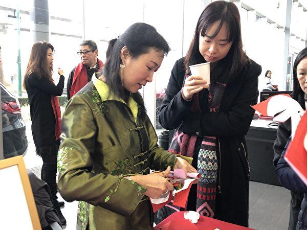 圖:溫哥華奔馳車行每年舉辦新年慶賀活動,現場與來賓共享中華傳統文化習俗與表演。(邱晨/大紀元)