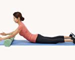 做上半身挺起的伸展运动,能锻炼深层肌肉、消除腹部赘肉、缓解腰痛。(Shutterstock)