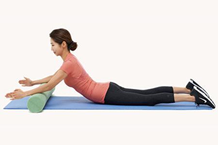 做上半身挺起的伸展運動,能鍛鍊深層肌肉、消除腹部贅肉、緩解腰痛。(Shutterstock)