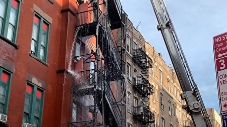大火次日上午,消防局的水槍還在一陣一陣的向樓中噴射水龍。