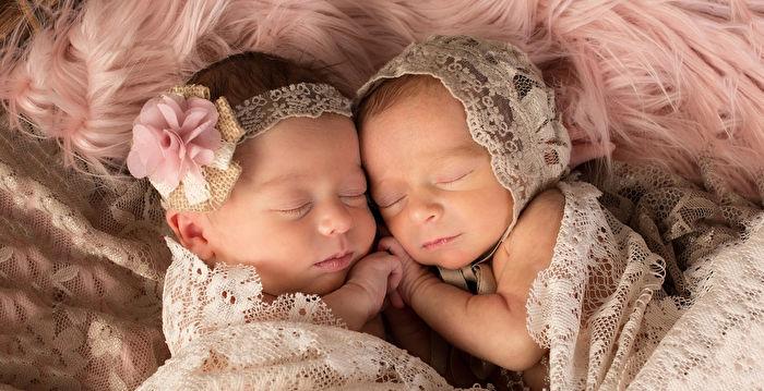 雙胞胎姊妹抱緊睡覺還微笑 互相陪伴安心又幸福