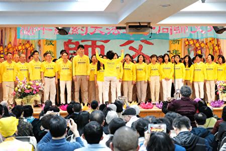 80餘名法輪功學員大合唱《法輪聖王》。