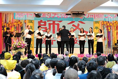 中西方學員表演合唱《為你而來》。