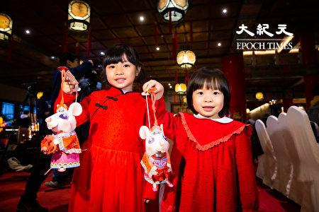 交通部觀光局13日公布2020台灣燈會「小提燈」,採用家喻戶曉的老鼠娶親故事為發想,並命名為「吉利鼠與美力鼠」。