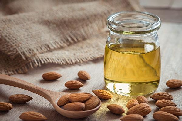 由於精油多具刺激性,不能直接塗抹在皮膚上,所以若要按摩,須先以基底油稀釋。圖為甜杏仁油。(Shutterstock)