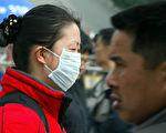 武汉爆发疑似SARS的不明病毒性肺炎,民众如何防范?图为2004年戴口罩预防SARS的中国民众。(LIU JIN/AFP/Getty Images)
