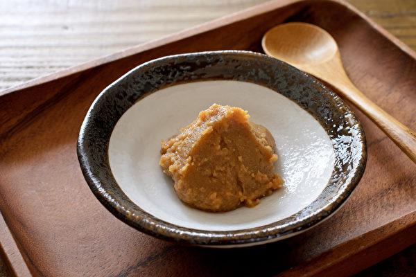 味噌的平均含盐量仅有12%,而且本身已有丰富口感,是很好的盐替代品。(Shutterstock)