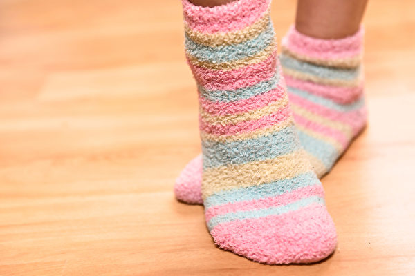 睡觉时穿的袜子,最好选择透气舒适、松紧适中的。(Shutterstock)