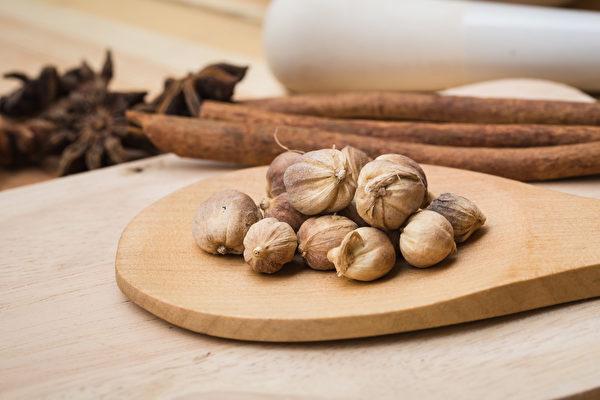 早中晚各在嘴里放一颗白豆蔻,可改善口臭问题。(Shutterstock)