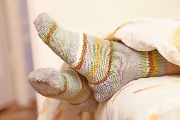 夜晚穿襪子睡覺能降低核心體溫,有助睡眠。(Shutterstock)